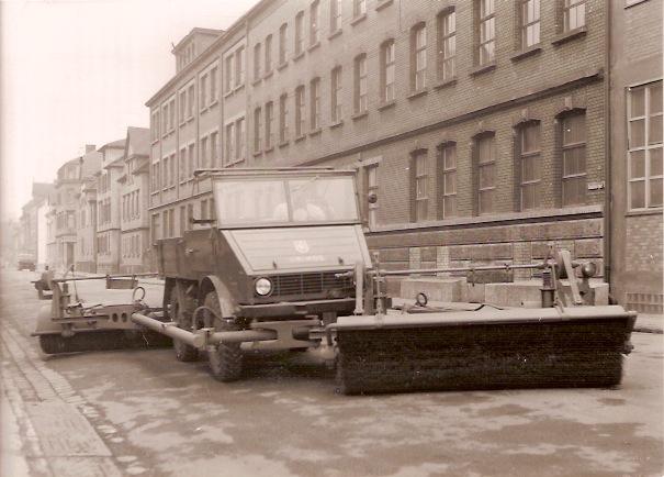 Unimog mit Doppel-Kehrmaschine 3,8 m breit um 1952