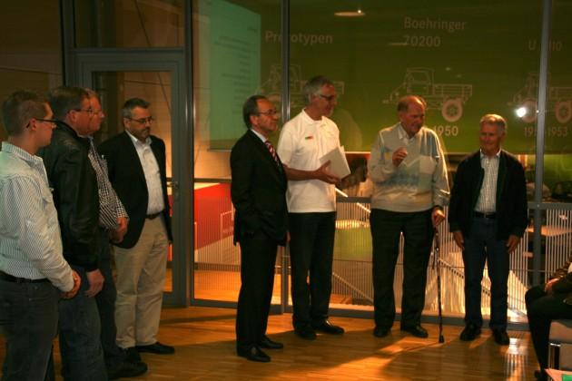 Manfred Florus und Roland Feix bedanken sich bei den Sponsoren und Förderern des Boehringer-Projekts nach der Übergabe der Schenkungsurkunde an Stefan Schwaab (weisses Shirt). Eher zufällig im Hintergrund das grüne Banner mit dem Boehringer