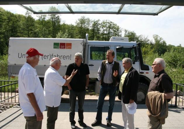 Heinz Fütterer (2. von rechts) mit Freunden und Ehrenamtlichen des Museums nach der Fahrt über den Parcours