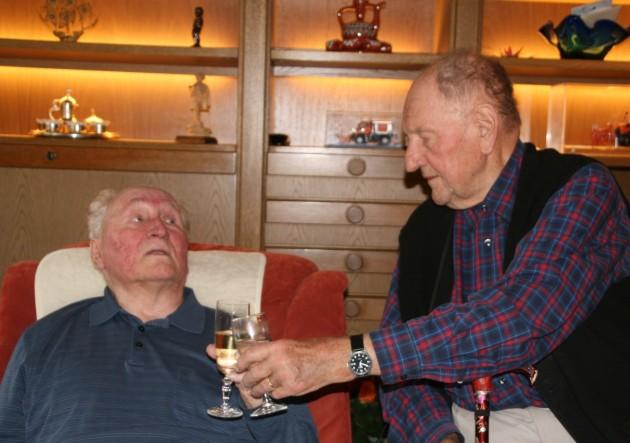 Zwei Unimog-Pioniere: Manfred Florus (rechts) gratuliert Willi Seitz zum 90. Geburtstag