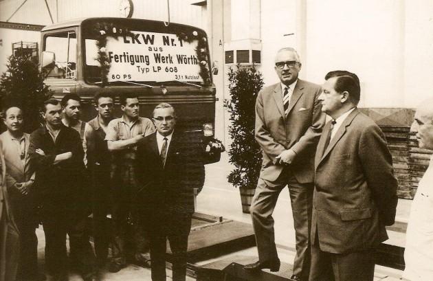 Am 17. Juli 1965 lief bereits der 1. Lkw vom Wörther Band. Von rechts: Karl Kohlbecker (Architekt), Dr. Hans Seifert (kaufm. Leitung), Richard Stahl (techn. Leitung), Karl J. Stöffler (Bürgermeister) - 2. von links: Karl Eberle (Betriebsratsvorsitzender)