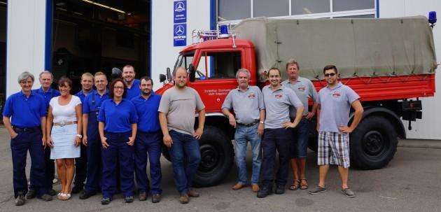 Die Mitarbeiter und Mitarbeiterinnen von Mertec und das Oldtimer-Team der FF Gaggenau mit ihrem Unimog-S   Foto: Bracht