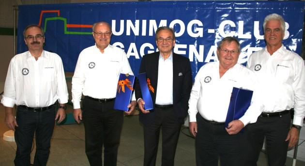 Zu Ehrenmitgliedern ernennen Vorsitzender Michael Schnepf (links) und Ehrenvorsitzender Michael Wessel (rechts) mit Hans-Jürgen Schöpfer, Hans-Jürgen Wischhof und Edwin Westermann (von links) drei besonders verdiente Leistungsträger des Unimog-Clubs.   Foto: Rödler