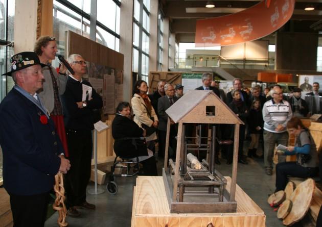 Hildegard Knoop führt durch die Ausstellung - im Vordergrund Bernd Kraft in Flößertracht