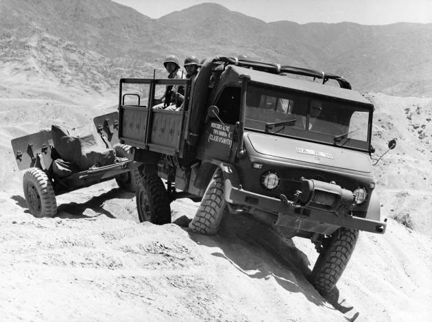 Unimog-S mit Vorbauseilwinde bei der Erprobung als Artilleriezugmaschine