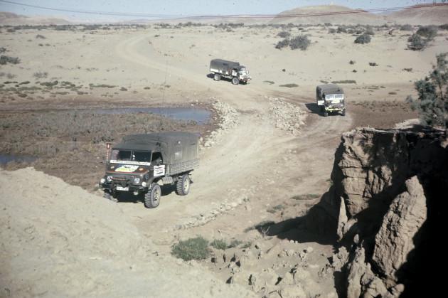 Mehrere Unimog-S während einer Wüstendurchquerung