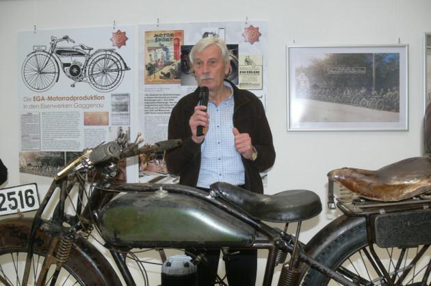 Ausstellungsexperte Siegfried Burow mit der EGA