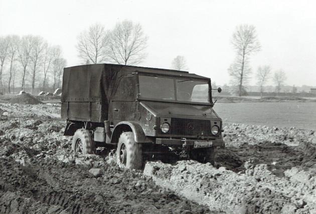 Auch dieser Prototyp - vermutlich für die Belgische Armee - wühlt sich 1954 durch den Schlamm