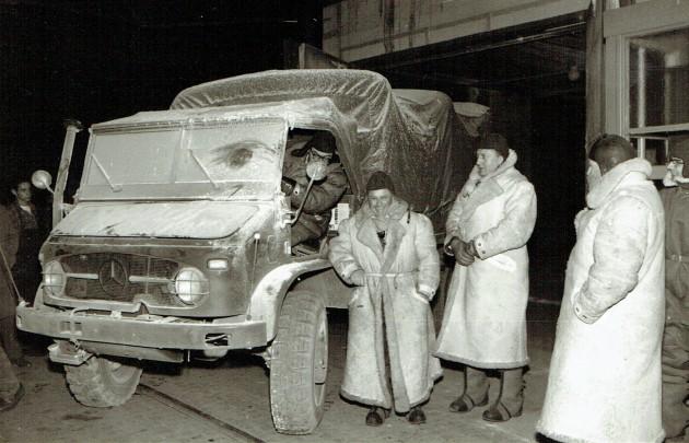 Kurz nach der Ausfahrt aus der Kältekammer. Vor dem rechten Vorderrad ist die Schwingfeuerlampe zum Anwärmen des Motors und der Batterie zu erkennen.