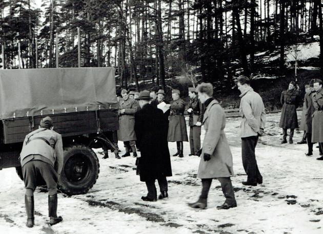 Die Vertreter der Fluggesellschaft und des Militärs begutachteten den Unimog-S kritisch