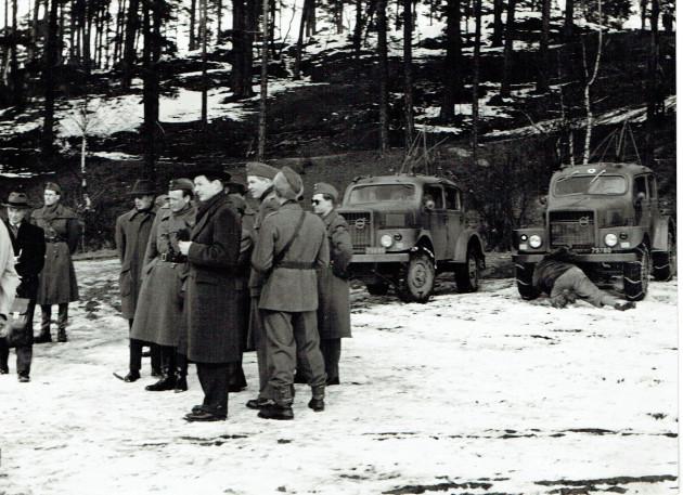 Im Hintergrund die geländegängigen Fahrzeuge von VOLVO