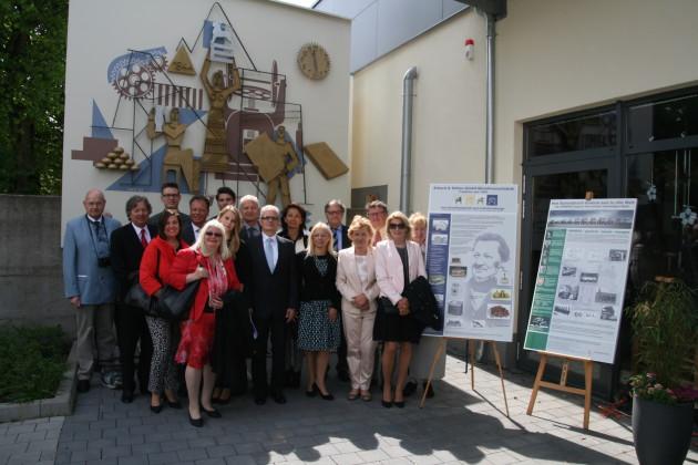 Mitglieder der Familien Erhard und Köhler vor der Fehrle-Wandplastik