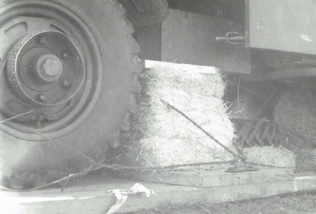 """Der Aufprall wurde durch Strohballen zwischen Abwurfpallette und Fahrgestell """"abgefedert""""."""