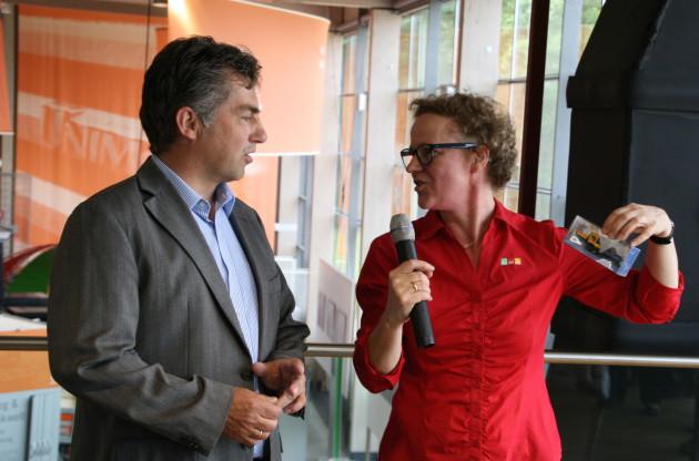 Wolfgang Zappel erhält von der Leiterin des Museums, Hildegard Knoop, die ersten Sondermodelle Zweiwege