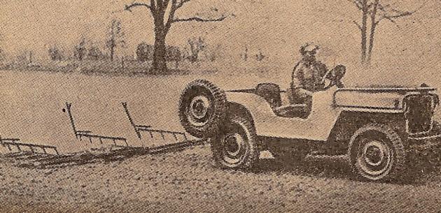 Jeep mit feststehender dreiteiliger Zahnegge