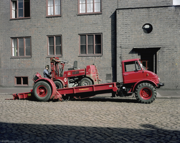 Unimog Baureihe 416 Triebkopf mit Ruthmann Schräghubwagenaufbau beim Transport eines Gabelstaplers