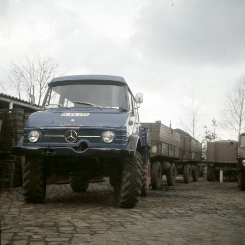 Unimog Baureihe 416 mit Doppelkabine und Zwei Anhängern im landwirtschaftlichen Transporteinsatz