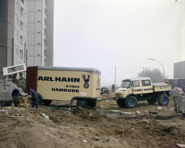 Unimog Baureihe 416 mit Doppelkabine einer Umzugsspedition während Rangierarbeiten in einem Neubaugebiet
