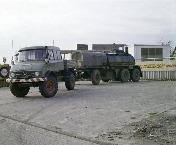Unimog Baureihe 416 mit Doppelkabine und Anhänger für Gussasphalt