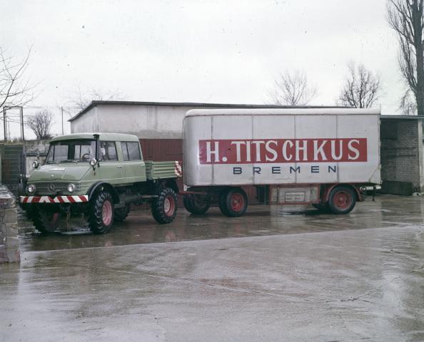 Unimog Baureihe 416 mit Doppelkabine und Anhänger einer Umzugsspedition