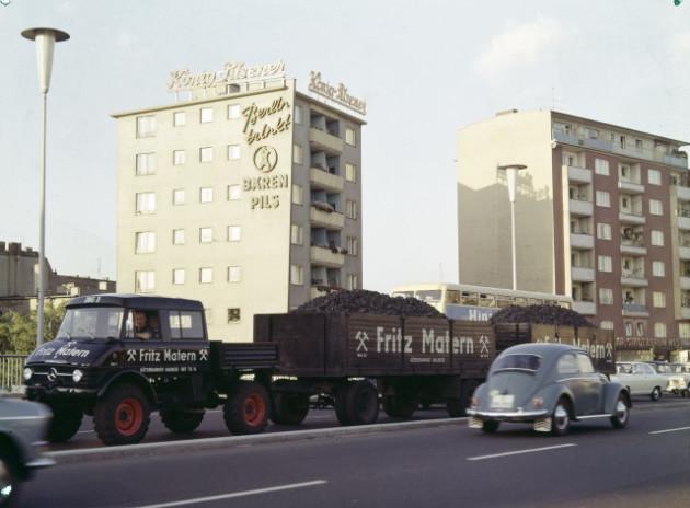 Unimog Baureihe 416 mit Doppelkabine und Zwei Anhängern als Auslieferungszug einer Berliner Brennstoffhandlung
