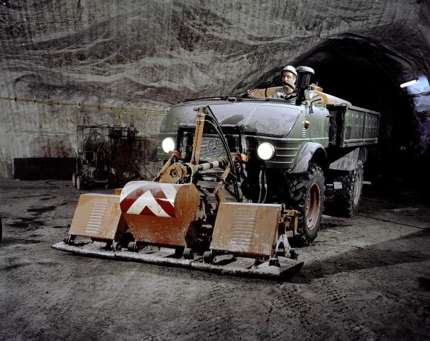 Unimog Baureihe 416 mit Plattenverdichter und Wasserfaß bei der Wegeunterhaltung untertage