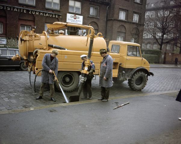 Unimog Baureihe 416 Triebkopf mit Ries Kanalreinigungsaufbau bei Arbeiten am Kanalnetz