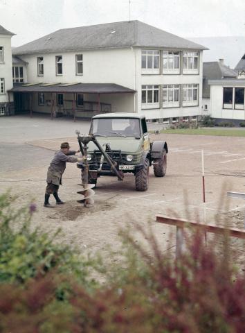 Unimog Baureihe 416 Sattelzugmaschine mit Frontanbaubohrgerät