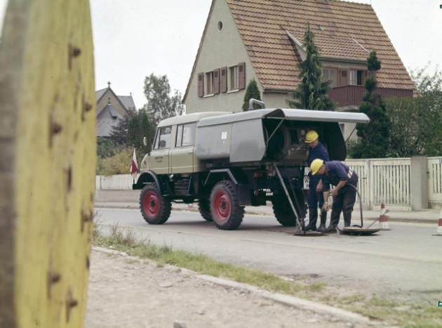 Unimog Baureihe 416 mit Doppelkabine und Ries Kanalspülgerät bei Wartungsarbeiten am Kanalnetz