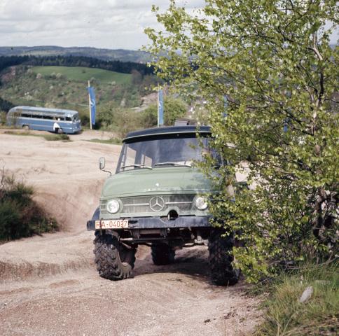 Unimog Baureihe 416 mit Doppelkabine während einer Vorführung auf dem Erprobungsgelände Sauberg in der Nähe von Gaggenau