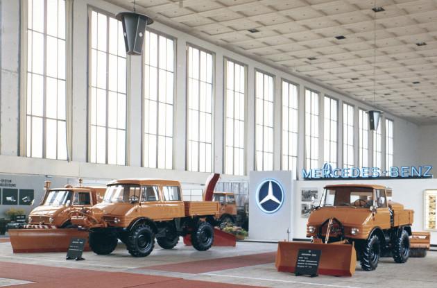 Mercedes-Benz Messestand bei der VFK Bundestagung in Berlin, ausgestellt sind verschiedene Unimog der  Baureihen 406, 416 und 421 mit Anbaugeräten