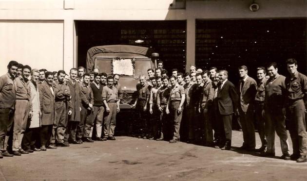 Stolz präsentieren die Mitarbeiter den 500. in Argentinien gebauten Unimog 426 - Con orgullo se presentó el personal frente al UNIMOG 426 Numero 500 fabricado en Argentina.