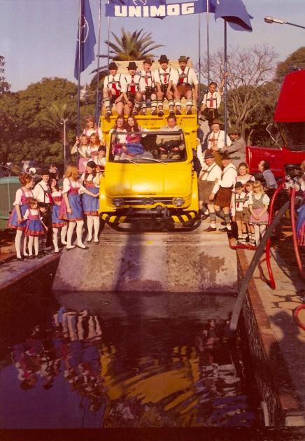 Der Unimog-Parcours hatte sogar eine Wasserdurchfahrt. - En el circuito el UNIMOG mostró tambien su capacidad de vadeo.
