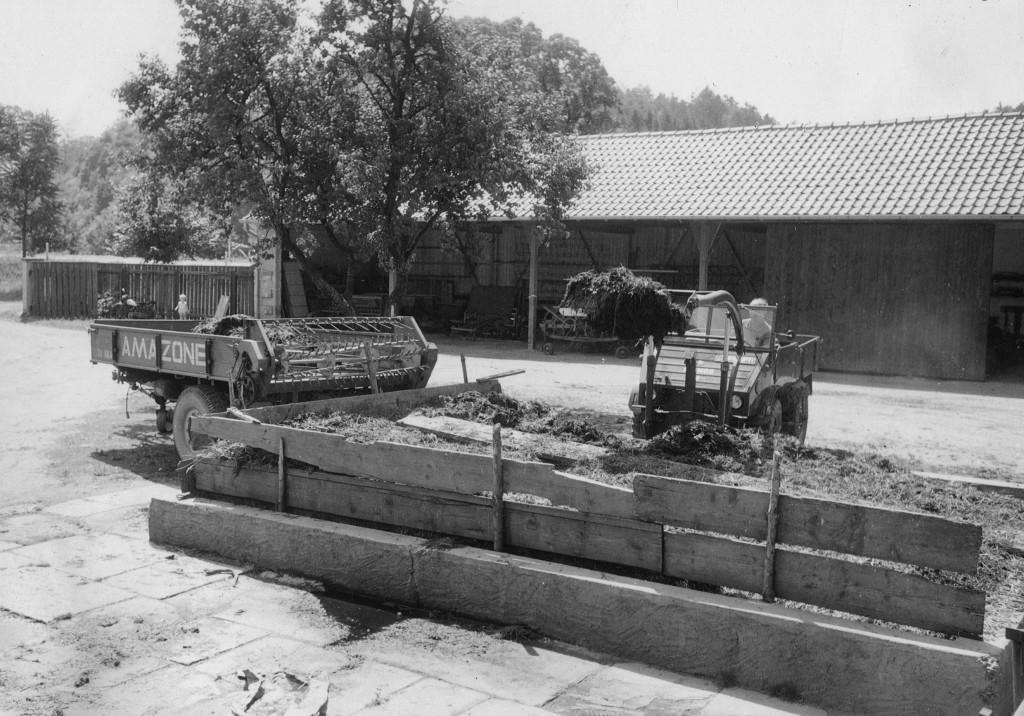 Unimog U30, Baureihe 411 mit Schmidt/Baas Frontlader beim Dungladen