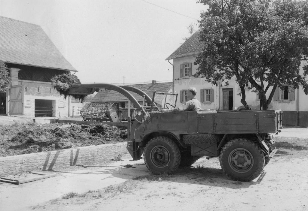 Unimog U30, Baureihe 411 mit Schmidt/Baas Frontlader beim Dungladen auf dem Murghof - beim heutigen Unimog-Museum