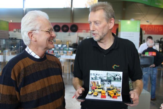 Hans-Rüdiger Endres und Hans Brammer mit den Unimog-Modellen in Berlin