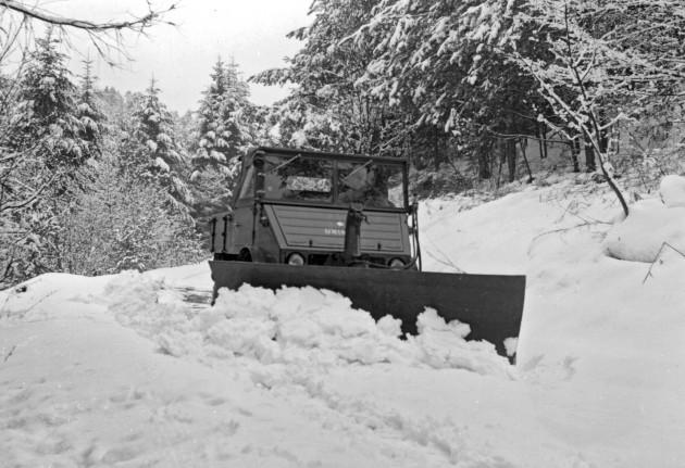 Unimog U25, Baureihe 401 mit Schneepflug im Winterdienst