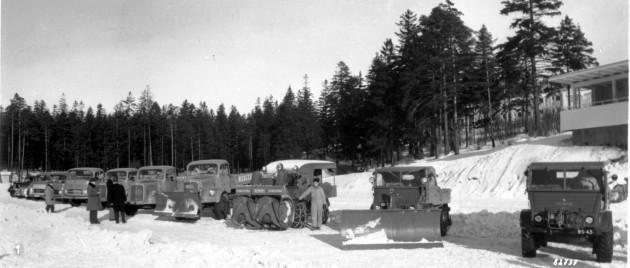 Verschiedene Mercedes-Benz Fahrzeuge, darunter einige Unimog der Baureihen 401 und 411 bei einer Ausstellung in Finnland im Jahr 1958