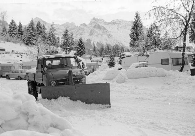 Unimog Baureihe mit Schneepflug im Winterdienst