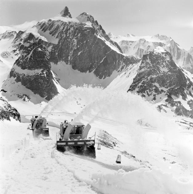 Unimog Baureihe 411 mit Schmidt Schneefräse und Aufbaumotor, bei der Räumung des Großen St.Bernhard-Passes 1968