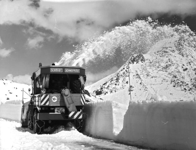 Unimog Baureihe 411 mit Schmidt Schneefräse und Aufbaumotor,bei der Räumung des Großen St. Bernhard-Passes 1968