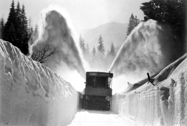 Unimog Baureihe 411 mit Schmidt Schneefräse beim Räumen einer Gasse