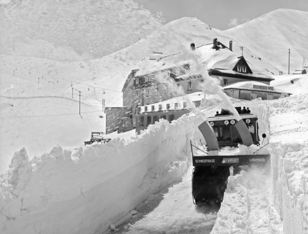Unimog Baureihe 411 mit Schmidt Schneefräse und Aufbaumotor bei Räumarbeiten am Stilfserjoch