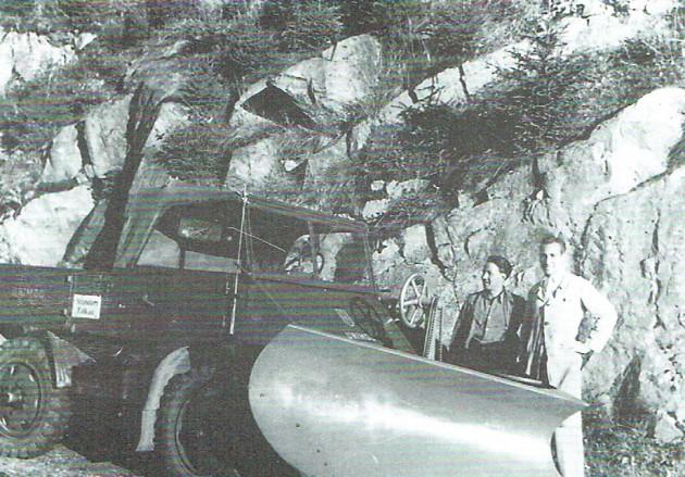 Alfred Hitz und Alfred Schmidt mit dem ersten Schneepflug an einem Boehringer-Unimog.