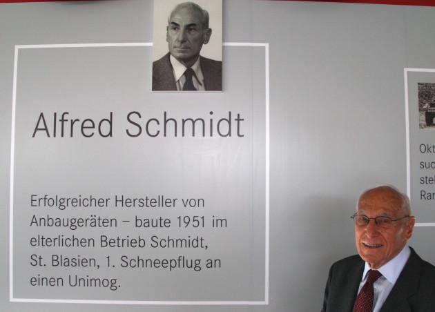 Alfred Schmidt 2014 im Unimog-Museum vor seinem Bild als einer der Väter des Unimog-Erfolgs.