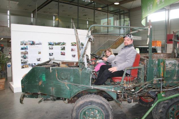 Thorsten Weigand mit Tochter Astrid in ihrem Unimog