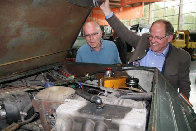 Gisbert Hindenach und Rene Dusseldorp bewundern die Technik unter der langen Motorhaube