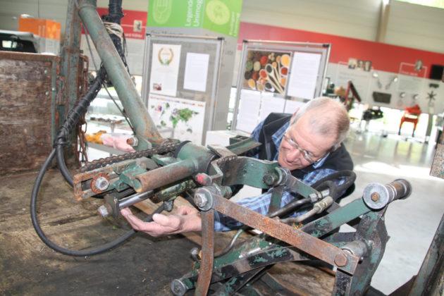 Die Drehvorrischtung für die Holzzange hat es Ueli Bicker angetan. Der Hydraulikzylinder ist mit der Kette verbunden. Beim Einziehen des Zylinders macht die Kette eine Drehbewegung und öffnet oder schließt die Zange.