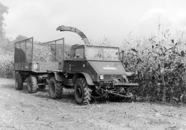 Unimog Baureihe 411 mit Mähbalken, Speiser Seitenwagenhäcksler und Ladewagen bei der Maisernte
