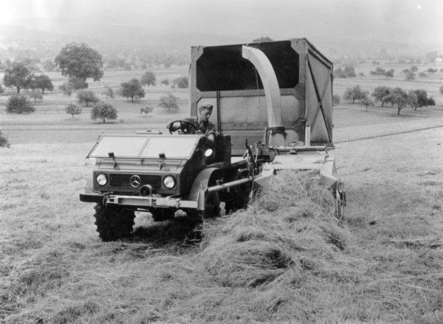 Unimog Baureihe 411 mit Speiser Rapid Seitenwagenhäckslerbei der Getreideernte